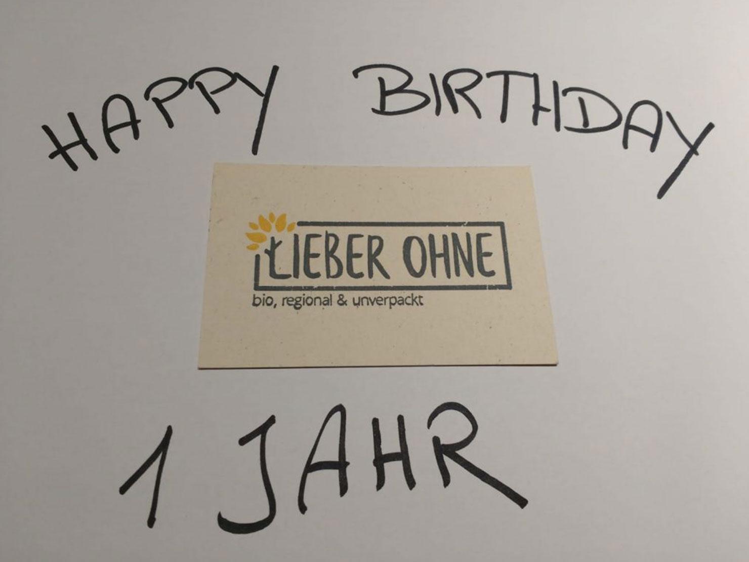 Mit Schwarzstift geschrieben auf einem weißen Papier: Happy Birthday Lieber Ohne - 1 Jahr