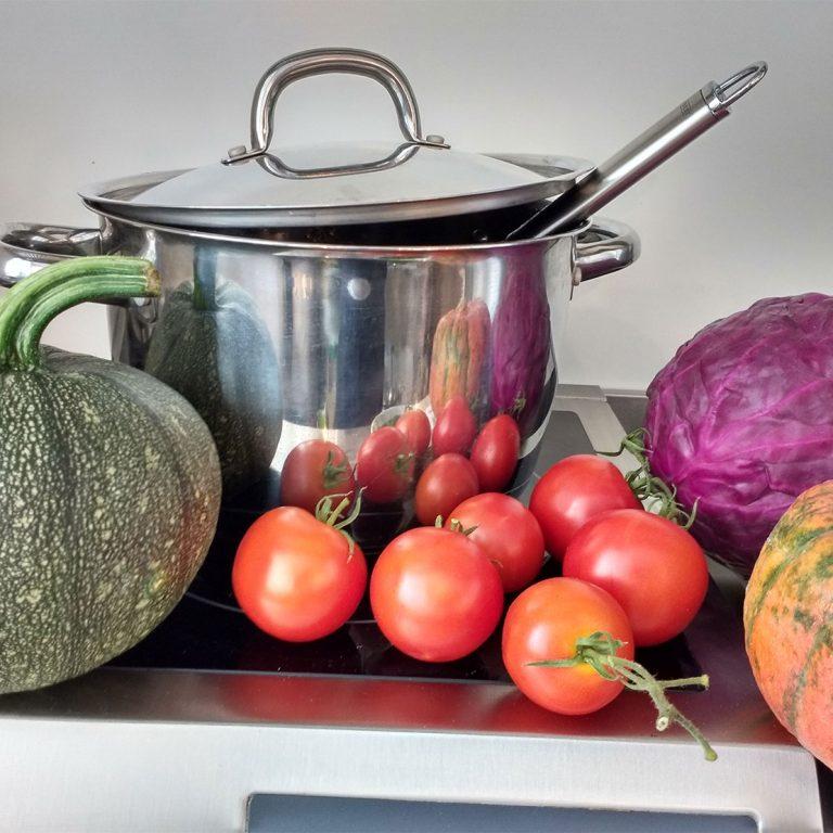Verschiedenes Gemüse und ein Kochtopf auf einem Tisch