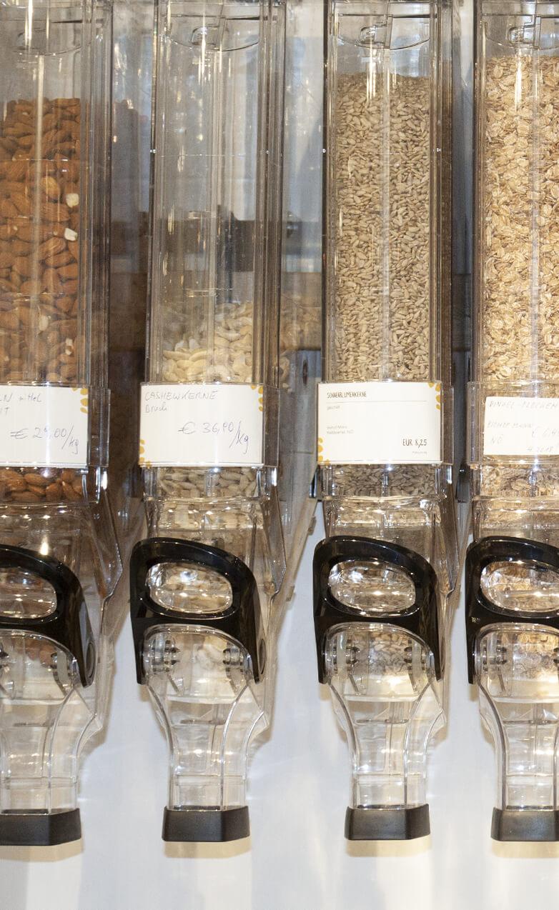 Verschiedene Nüsse und Flocken in Selbstentnahme-Spendern